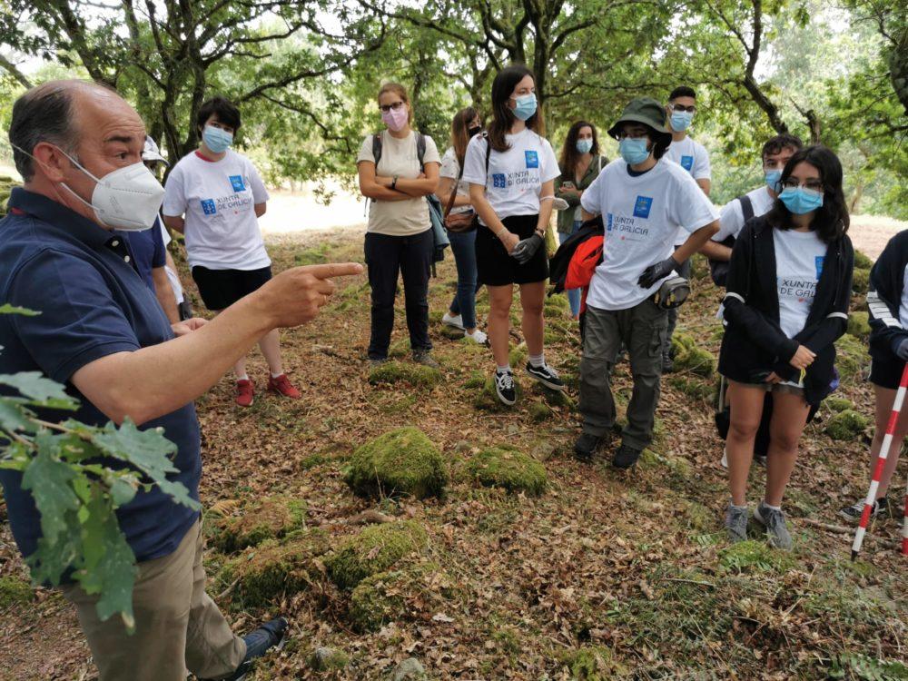 O alcalde de Rois, Ramón Tojo, conversa coas rapazas e rapaces que participan no campo de voluntariado de Castro Lupario